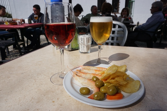A glass of Vine de Terreno and a cana along with a platter of prawns, olives and chips!